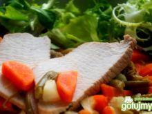 Gotowany indyk w potrawce  jarzynowej