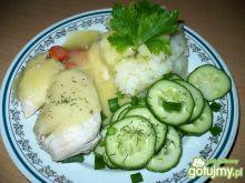 Gotowany kurczak z sosem i ogórkami