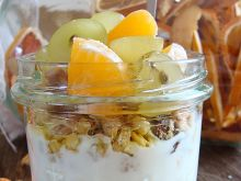Granola z jogurtem i owocami