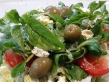 Grecka sałatka z oliwkami i roszpunką.