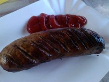 Grillowana biała kiełbasa z cebulą