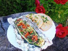 Grillowana kaszanka w cukinii z warzywami