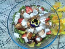 Grillowana pierś kurczaka na sałatce z rzodkiewką