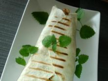 Grillowana tortilla z jajkiem i melisą