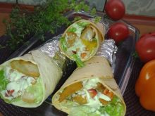 Grillowana tortilla z paluszkami drobiowymi