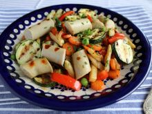 Grillowane białe kiełbaski z młodymi warzywami
