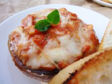 Grillowane pieczarki z pomidorami i mozzarellą