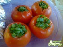 Grillowane pomidory z serem i ogórkiem