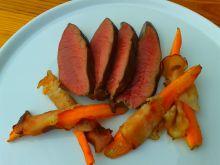 Grillowane serce wołowe z marchewką w boczku