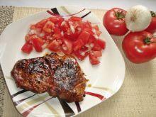 Grillowane steki z karkówki z pomidorową sałatką