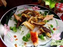 Grillowany bakłażan podany z makaronem