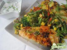 Grillowany łosoś z warzywami i dipem