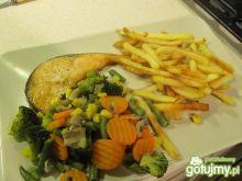 Grilowany łosoś z warzywami