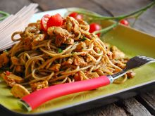 Gryczane spaghetti z kurczakiem i kurkami