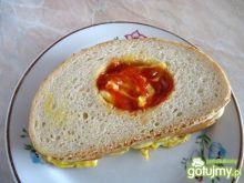 Grzanka z jajkiem, serem i szynką