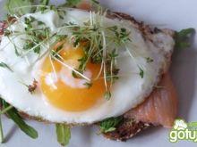 Grzanka z łososiem i jajkiem sadzonym