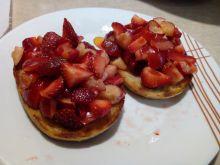 Grzanki piernikowe z sałatką owocową