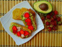 Grzanki z awokado, szynką i truskawkami