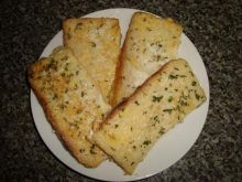 Grzanki z jajkiem, ziolami i serem