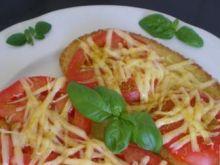 Grzanki z pomidorem i żółtym serem