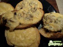 Grzanki z serem i pieczarkami