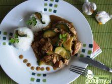 Gulasz drobiowy z pieczarkami i cukinią