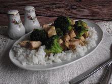 Gulasz drobiowy z różyczkami brokułu