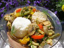 Gulasz warzywny z drobiem, ryżem i kaszą