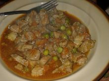 Gulasz wieprzowy z groszkiem i peperoni