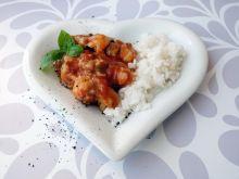 Gulasz wieprzowy z boczku z pomidorami i bazylią