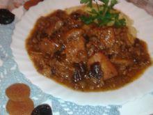 Gulasz wieprzowy z suszonymi śliwkami i morelami