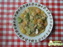 Gulasz z kurczaka z brokułami.