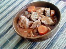 Gulasz z marchewką i pieczarkami