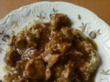 Gulasz z mięsa wieprzowego z kaszą z warzywami