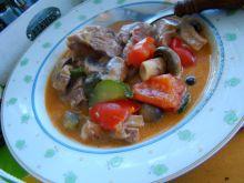 Gulasz z szynki z papryką, cukinią i pieczarkami