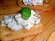 Imprezowe krakersy z sałatką