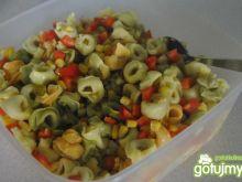 improwizowana sałatka z tortellini