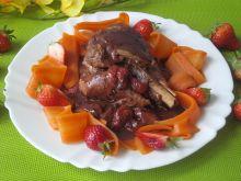 Indyk w czekoladzie z truskawkami i marchewką