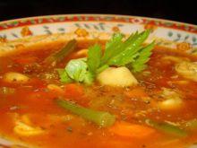 Inna pomidorowa z ajvarem i pierożkami
