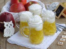 Jabłka w galaretce z bitą śmietaną