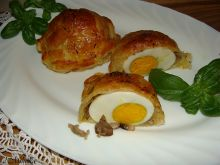 Jajeczko ukryte pod francuskim płaszczem