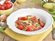 Jajecznica na kiełbasie z pomidorkami