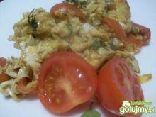 jajecznica na pomidorkach z bazylią
