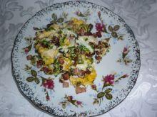 Jajecznica na słoninie ze skwarkami, kiełbaską