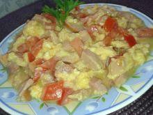 Jajecznica na śniadanie z pomidorami