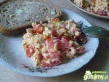 Jajecznica pomidorowo-migdałowo-serowa