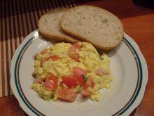 Jajecznica z boczkiem i pomidorem