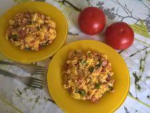 Jajecznica z boczkiem, pomidorem i papryką