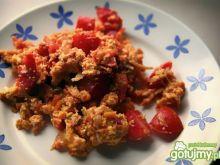 Jajecznica z cebulą, marchewka i pomidor