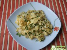 Jajecznica z cebulą na wędzonej słoninie